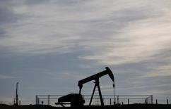 Станок-качалка в Винзенбахе 7 мая 2014 года. Цены на нефть снизились на 2 процента с начала торгов в понедельник из-за медленного экономического роста Китая, и трейдеры делают ставки на дальнейшее падение цен. REUTERS/Vincent Kessler