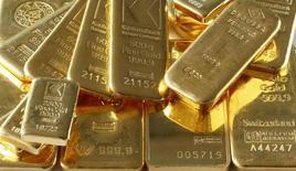 Слитки золота в хранилище банка в Цюрихе 20 ноября 2014 года. Цены на золото снижаются, но близки к отмеченному в пятницу максимуму девяти недель на фоне спада на фондовых рынках Азии. REUTERS/Arnd Wiegmann