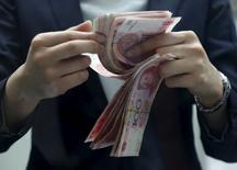 La banque centrale chinoise prévoit de maintenir la stabilité du yuan par rapport à un panier de devises mais ses fluctuations vis-à-vis du dollar vont s'accroître, a déclaré lundi l'économiste en chef de la Banque populaire de Chine, Ma Jun. /Photo prise le 4 janvier 2016/REUTERS/Kim Kyung-Hoon