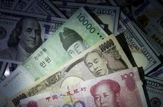 Банкноты доллара США, китайского юаня, японской иены и южнокорейской воны. Сеул, 15 декабря 2015 года. Доллар опустился по отношению к евро и иене в ходе торгов на азиатских рынках во вторник, возвращаясь, таким образом, к минимальным значениям более чем четырёх месяцев к японской валюте, считающейся оплотом стабильности, в то время как нефть продолжила падение. REUTERS/Kim Hong-Ji