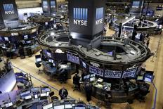 La Bourse de New York esquisse mardi un rebond à l'ouverture, portée par un redressement des cours du pétrole, qui s'éloignent de creux de 12 ans. L'indice Dow Jones gagne 1,09% 10 minutes après l'ouverture, le Standard & Poor's 500, plus large, progresse de 1,13% et le Nasdaq Composite prend 1,43%. /Photo prise le 11 janvier 2016/REUTERS/Brendan McDermid
