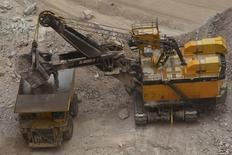 Una grúa carga un camión minero en el yacimiento Radomiro Tomic en Chuquicamata en Chile. 5 de enero de 2010. La estatal chilena Codelco, la mayor productora mundial de cobre, dijo el miércoles que recibió el permiso ambiental para desarrollar su proyecto RT Sulfuros, con una histórica inversión estimada en 5.400 millones de dólares. REUTERS/Ivan Alvarado