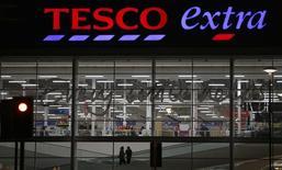Магазин Tesco в Алтринчеме, Англия 5 февраля 2015 года. Снижение цен и увеличение числа сотрудников помогли Tesco добиться превысивших все ожидания результатов в период рождественских праздников, позволяя предположить, что крупнейшая в Великобритании сеть супермаркетов наконец встала на путь восстановления после нескольких лет финансовых потрясений. REUTERS/Phil Noble