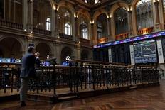 El Ibex-35 abrió el viernes a la baja, con la nueva caída del precio del crudo y el cierre bajista de los mercados asiáticos impidiendo el intento de estabilización del principal índice de la bolsa española. En la imagen de archivo, un operador en la bolsa de Madrid, el 29 de junio de 2015. REUTERS/Susana Vera