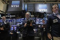 Operadores trabajando en la Bolsa de Nueva York. 13 de enero de 2016. El desplome de los precios del petróleo provocaba que las acciones en Wall Street abrieran el viernes con una fuerte baja, en un inicio de sesión donde el Nasdaq caía más de un 3 por ciento, a su menor nivel desde el 24 de agosto, y el índice S&P 500 estaba a menos de 30 puntos de un mínimo de más de cuatro meses. REUTERS/Brendan McDermid