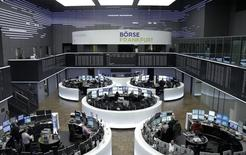 Las bolsas europeas cerraron en baja el viernes y tocaron mínimos desde diciembre de 2014, golpeadas por las pérdidas en valores relacionados con materias primas después de que BHP anunciara una gran provisión y el barril de petróleo cayese a menos de 30 dólares. En la imagen, operadores en la Bolsa de Fráncfort , el 4 de enero de 2016. REUTERS/Staff/remote