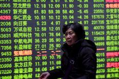 Инвестор в брокерской конторе в Ханчжоу. 15 января 2016 года. Китайские акции отскочили от минимумов 13 месяцев, зафиксированных в течение дня, и завершили торги понедельника с повышением, чему способствовало резкое восстановление высокотехнологичного индекса ChiNext. REUTERS/Stringer