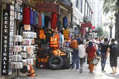 Магазины одежды в Измире. 10 августа 2015 года. На экономике Турции сказываются текущая волатильность рынков и замедление темпов роста развивающихся рынков, сказал премьер-министр Турции Ахмет Давутоглу, отметив, что Турция и впредь будет бороться с высокой инфляцией. REUTERS/Osman Orsal