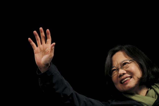 1月18日、台湾の総統選挙で圧勝した民主進歩党の蔡英文主席(写真)は、前政権から古い経済問題を引き継ぐことになる。台北で16日撮影(2016年 ロイター/Damir Sagolj)