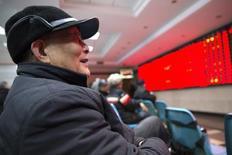 Инвесторы в брокерской конторе в Нанкине. 14 января 2016 года. Фондовый рынок Китая восстановился примерно на 3 процента по итогам торгов вторника, поскольку слабые экономические данные укрепили надежды на увеличение мер стимулирования со стороны китайского правительства. REUTERS/China Daily