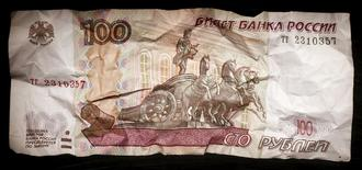 Мятая рублевая купюра в Москве 11 января 2016 года. Международный валютный фонд ухудшил прогноз падения российской экономики в 2016 году до 1 процента с 0,4 процента, ожидая, что рост на 1 процент будет возможен в 2017 году, следует из доклада МВФ. REUTERS/Maxim Zmeyev