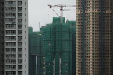 El Fondo Monetario Internacional (FMI) recortó el martes sus previsiones de crecimiento mundial por tercera vez en menos de un año, citando una abrupta ralentización en el comercio chino y la debilidad de los precios de las materias primas que están afectando a Brasil y otros mercados emergentes. En la imagen de archivo, grúas de construcción en un complejo residencial privado en Hong Kong. REUTERS/Tyrone Siu