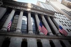 La Bourse de New York a ouvert en hausse mardi, soutenue par l'espoir de nouvelles mesures de soutien à la croissance en Chine, ainsi que par des résultats meilleurs que prévu de Bank of America et de Morgan Stanley. L'indice Dow Jones gagne 0,88% à 16.128,75 points dans les premiers échanges. Le Standard & Poor's 500, plus large, progresse de 0,70% et le Nasdaq Composite prend 0,80%. /Photo d'archives/REUTERS/Carlo Allegri
