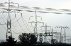 ЛЭП под Берлином. 7 ноября 2006 года. Страны Евросоюза во вторник поддержали план инвестирования более 200 миллионов евро ($217 миллионов) в трансграничные проекты энергетической инфраструктуры, разработанные для снижения зависимости от российского газа. REUTERS/Pawel Kopczynski