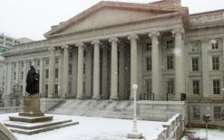 El Departamento del Tesoro en Washington, feb 22, 2001. El rendimiento de los bonos del Tesoro de Estados Unidos a 30 años tocó el miércoles su menor nivel en cinco meses, en una jornada en la que se profundizó el desplome de los mercados bursátiles y de los precios del petróleo, lo que generó una nueva ola de búsqueda de deuda gubernamental de bajo riesgo.  WP/TRA - RTR15M0G