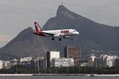 Avião da TAM se prepara para pousar no aeroporto Santos Dumont, no Rio de Janeiro. 1º de janeiro de 2015. REUTERS/Sergio Moraes