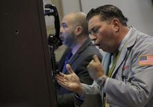 Трейдеры на фондовой бирже в Нью-Йорке. 21 января 2016 года. Уолл-стрит показала умеренное ралли в четверг, так как цены на нефть зафиксировали свой максимальный рост за этот год, а глава ЕЦБ Марио Драги дал надежду на новые меры стимулирования в Европе. REUTERS/Brendan McDermid