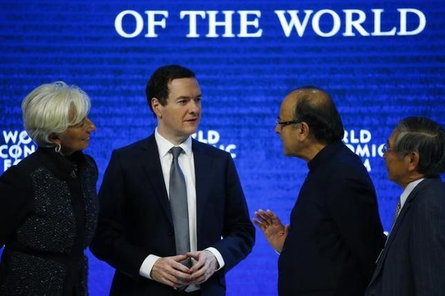 1月23日、日銀の黒田東彦総裁(写真右)はダボスで開かれている世界経済フォーラムでパネル討議に出席し、主要中銀の金融政策の相違は、異なった経済状況を反映していると述べた。写真は左からラガルドIMF専務理事、オズボーン英財務相、ジャイトリー印財務相(2016年 ロイター/Ruben Sprich)