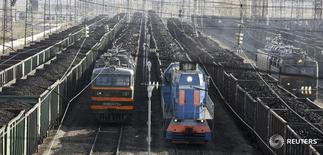 Составы с углём в городе Заозёрный 22 сентября 2009 года. Российские заводы сократили производство грузовых вагонов на 54,4 процента до 30.000 штук в 2015 году, сообщил в понедельник Росстат. REUTERS/Ilya Naymushin