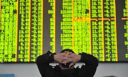 Les marchés actions chinois ont terminé en baisse de plus de 6% mardi, sous le coup d'un mouvement de vente panique en fin de séance, déclenché par la nouvelle glissade des cours du pétrole et des Bourses mondiales. L'indice CSI300 des valeurs vedettes des Bourses de Shanghai et de Shenzen a perdu 6,02% tandis que l'indice composite de Shanghai a perdu 6,38%.  /Photo prise le 26 janvier 2016/REUTERS/China Daily