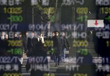 Personas se reflejan en una pantalla que muestra la información de las acciones, en una correduría en Tokio, Japón. 14 de enero de 2016. Las bolsas de Asia operaban el miércoles cerca de los mínimos de la sesión luego de que una nueva caída de los precios del petróleo y un retroceso de las acciones chinas debilitó aún más la confianza antes de que concluya una reunión de política monetaria de la Reserva Federal de Estados Unidos más tarde en el día. REUTERS/Toru Hanai