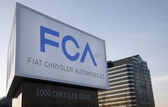 Fiat Chrysler (FCA) fait état d'une hausse supérieure aux attentes de son bénéfice d'exploitation (1,64 milliard d'euros) au quatrième trimestre, de bons résultats en Amérique du Nord et une amélioration en Europe ayant compensé un ralentissement en Amérique latine et en Asie. /Photo d'archives/REUTERS/Rebecca Cook