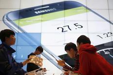 Samsung Electronics anticipe une baisse possible de son bénéfice en 2016 par rapport à l'an dernier en raison d'un tassement des ventes d'appareils tels que les smartphones, une tendance qui affecte également son concurrent Apple et par ricochet les fabricants de semi-conducteurs. /Photo d'archives/ REUTERS/Kim Hong-Ji