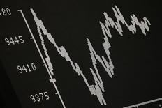 Табло на бирже во Франкфурте-на-Майне 21 января 2016 года. Европейские фондовые рынки стабилизировались в четверг после старта на негативной территории из-за волатильности на рынке в Азии и потерь на Уолл-стрит, однако разочаровывающие результаты Roche давят на сектор здравоохранения.  REUTERS/Kai Pfaffenbach