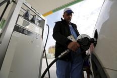Рабочий АЗС в Багдаде заправляет автомобиль. 26 января 2016 года. Среднегодовая цена нефти Brent в этом году составит $42,50 за баррель, согласно опрошенным Рейтер аналитикам, снизившим прогноз на $10 из-за ожиданий поступления на мировой рынок иранской нефти. REUTERS/Ahmed Saad