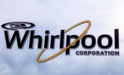 Логотип Whirlpool на заводе в Кливленде. 21 августа 2013 года. Крупнейший в мире производитель бытовой техники Whirlpool прогнозирует прибыль в 2016 году значительно ниже ожиданий Уолл-стрит, а также предсказывает падение поставок техники в Бразилию на 10 процентов в этом году. REUTERS/Chris Berry