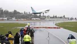 Le nouvel avion de ligne Boeing, le 737 MAX, a effectué vendredi son vol inaugural, décollant de Renton, dans l'Etat de Washington. Le 737 MAX est la dernière version en date d'un avion à succès lancé en 1967 et le concurrent direct de l'A320neo d'Airbus. Les premiers exemplaires doivent être livrés en 2017. /Photo prise le 29 janvier 2016/REUTERS/Jason Redmond