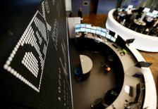 Les Bourses européennes sont en baisse à mi-séance lundi, la nouvelle dégradation de la conjoncture dans le secteur manufacturier chinois reflétée par les indices PMI incitant les investisseurs à la prudence. Le CAC 40 perdait 0,59% vers 11h50 GMT, le Dax cédait 0,54% et le FTSE abandonnait 0,47%. /Photo d'archives/REUTERS/Kai Pfaffenbach