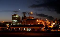 Vista de la planta donde Rockwood Lithium procesa carbonato de litio, en Antofagasta, Chile, 14 de enero de 2013. La estadounidense Rockwood logró un acuerdo con el Gobierno chileno que le permitirá incrementar su producción de litio en el país sudamericano, lo que supondrá una inversión de 400 millones a 600 millones de dólares. REUTERS/Ivan Alvarado