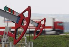Un camión pasa junto a unas unidades de bombeo de petróleo, en un campo propiedad de la compañía Bashneft, al norte de Ufa, Rusia, 11 de julio de 2015. La producción de petróleo en Rusia registró sus máximos niveles de la era post-soviética en enero, al alcanzar un promedio de 10,88 millones de barriles por día (bpd), mostraron el martes datos preliminares publicados por el Ministerio de Energía. REUTERS/Sergei Karpukhin