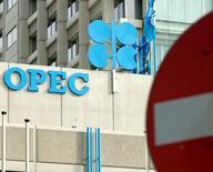Логотип ОПЕК на крыше штаб-квартиры картеля в Вене. 27 сентября 2001 года. Организация стран-нефтеэкспортёров (ОПЕК) пока не назначила дату встречи с Россией и другими странами, не входящими в картель, для обсуждения способов поддержки нефтяных цен, сказали два представителя ОПЕК. REUTERS/Heinz-Peter Bader