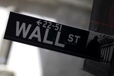 La Bourse de New York s'est retournée à la baisse mercredi matin après la publication d'un indice ISM de l'activité dans les services aux Etats-Unis inférieur aux attentes. L'indice Dow Jones perd 0,93% à 16.003,46 points vers 15h40 GMT. Le Standard & Poor's 500, plus large, recule de 1,30% et le Nasdaq Composite abandonne 1,75%. /Photo prise le 20 janvier 2016/REUTERS/Mike Segar