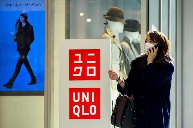 1月4日、ユニクロとセブン―イレブン・ジャパンは、ネット通販で購入したユニクロの商品をセブンイレブンの店頭で受け取るサービスを16日から開始すると発表した。写真はユニクロのロゴ、都内で1月撮影(2016年 ロイター/Thomas Peter)
