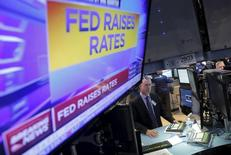 Трейдеры на Нью-Йоркской фондовой бирже на фоне объявления ФРС о повышении ставок 16 декабря 2015 года. Финансовые условия значительно ужесточились за недели после повышения процентных ставок Федеральной резервной системой США, и чиновникам придется принять это во внимание, если ситуация не изменится, сказал один из высокопоставленных представителей регулятора в среду. REUTERS/Lucas Jackson