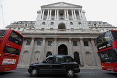 La Banque d'Angleterre a revu en baisse jeudi ses prévisions de croissance et l'unique membre de son comité de politique monétaire qui avait soutenu le principe d'une hausse des taux ces derniers mois est contre toute attente revenu sur sa position. La BoE projette dorénavant une croissance de 2,2% cette année, alors qu'elle anticipait 2,5% en novembre. /Photo d'archives/REUTERS/Luke MacGregor