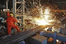 Un empleado trabaja en una fábrica de Dongbei Special Steel Group, en Dalian, China, 5 de diciembre de 2015. China reducirá la capacidad de acero crudo en entre 100 y 150 millones de toneladas dentro de los próximos cinco años en un esfuerzo por enfrentar un fuerte superávit que ha presionado los precios a mínimos de varios años y generado enormes deudas en las compañías, dijo el jueves el gabinete del país asiático. Picture taken December 5, 2015. REUTERS/China Daily