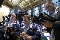 Operadores trabajando en la Bolsa de Nueva York. 2 de febrero de 2016. Los principales índices de la bolsa de Nueva York mostraban ligeras subidas el jueves en una sesión volátil luego de que los precios del petróleo recortaron sus avances tempranos, mientras los inversores esperaban cautelosos el reporte mensual de empleo que se conocerá el viernes. REUTERS/Brendan McDermid