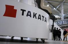 Le fabricant d'airbags Takata confirme sa prévision de bénéfice net annuel mais précise qu'il n'a pas pris en compte le tout dernier rappel de millions de véhicules aux Etats-Unis et ailleurs dans le monde, rappels susceptibles de venir gonfler ses coûts. /Photo d'archives/REUTERS/Toru Hanai
