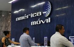 El logo de América Móvil en el área de recepción de sus oficinas en Ciudad de México. 12 de agosto de 2015. Las firmas de telecomunicaciones América Móvil y AT&T podrán participar en una licitación de espectro de telecomunicaciones para banda ancha móvil en México a mediados de febrero, informó el viernes el regulador del sector. REUTERS/Henry Romero