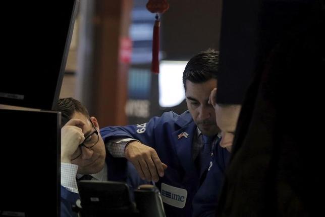 2月5日、米国株式市場は反落して取引を終えた。写真はニューヨーク証券取引所で5日撮影(2016年 ロイター/Brendan McDermid)