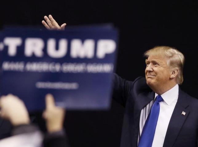 2月9日、CNNによると、米大統領選のニューハンプシャー州予備選は、共和党のドナルド・トランプ候補(写真)と民主党のバーニー・サンダース候補がそれぞれ勝利した。ニューハンプシャー州で8日撮影(2016年 ロイター/Rick Wilking)