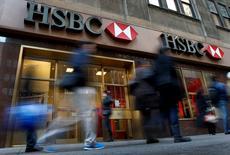 Personas caminan junto a una sucursal del banco HSBC, en Nueva York. 11 de diciembre de 2012. HSBC fue demandado por las familias de los ciudadanos estadounidenses asesinados por bandas de narcotraficantes en México, quienes alegan que el banco permitió que los carteles lavaran miles de millones de dólares para operar sus negocios. REUTERS/Mike Segar