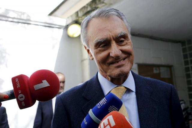 Portuguese President Anibal Cavaco Silva talks to the media after casting his vote during Portugal's presidential election in Lisbon, Portugal, January 24, 2016. REUTERS/Hugo Correia