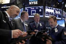 Operadores trabajando en la Bolsa de Nueva York. 5 de febrero de 2016. Los rendimientos de los bonos del Tesoro de Estados Unidos se desplomaban el jueves a niveles no vistos desde el 2012 en algunos casos, dado que las preocupaciones sobre el crecimiento de la economía global y la efectividad de las medidas de los bancos centrales dispararon la demanda por activos de refugio. REUTERS/Brendan McDermid