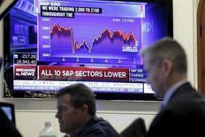 Трейдеры работают на фондовой бирже Нью-Йорка.  Уолл-стрит резко снизилась в четверг из-за акций банковского сектора, так как инвесторы опасаются, что замедление темпов роста мировой экономики продолжит оказывать давление на процентные ставки, но немного отыграла позиции к концу сессии за счёт акций энергетического сектора. REUTERS/Brendan McDermid