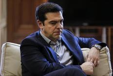 Primer ministro griego, Alexis Tsipras, durante una reunión con el alcalde de Piraeus, Yannis Moralis, en su despacho en Atenas. 11 de febrero de 2016. REUTERS/Alkis Konstantinidis. El primer ministro griego, Alexis Tsipras, dijo el sábado que diferencias entre los prestamistas internacionales del país sobre sus planes para reformar el sistema de pensiones están retrasando la primera revisión del último rescate financiero.